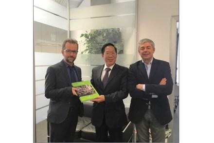 Encontro de Buol Vuong Anh, encarregado de economia da embaixada do Vietnã na Itália (centro), com Raimondo Lovati, secretário-geral da Confindustria Marmomacchine, (esquerda) e Flavio Marabelli, presidente de honra da Confindustria (direita). Foto: Confindustria Marmomacchine