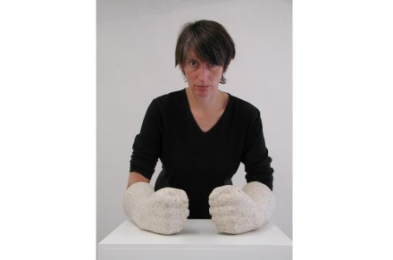 """Rosa Brunner con """"Pathos"""": granito, 34 cm largo."""