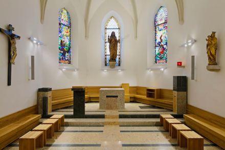 """Sobre el tercer premio: En la iglesia de Weidling, el jurado apreció el hecho de que la piedra natural se utilizase """"de forma tranquila y discreta"""" y, no obstante, muy acertada."""