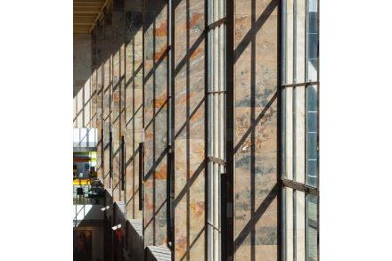 Los arquitectos Neumann + Steiner recibieron un premio especial por la renovación de la nave de un andén en la estación de tren vienesa Westbahnhof.
