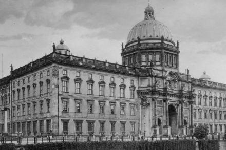 Die Westseite mit dem Eosanderportal auf einer Postkarte, um 1920. Quelle: Wikimedia Commons