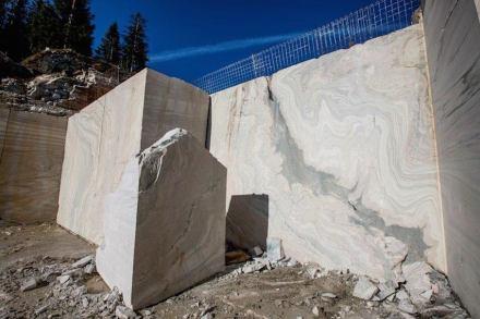 El material es mármol Sölker, procedente de una cantera en los Alpes austríacos.