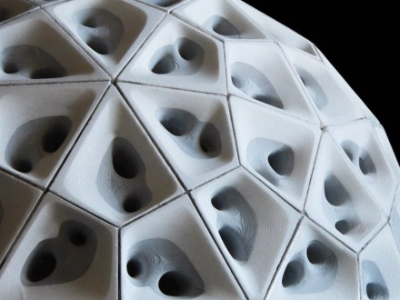 Das Gewölbe obendrüber ist aus 120 Bausteinen zusammengefügt. Geometrisch betrachtet, handelt es sich um lauter Drachen.