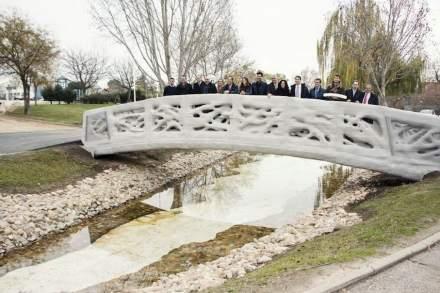 Das Intitute for Advanced Architecture of Catalonia in Spanien stellte im Dezember 2016 die erste komplett per 3D-Druck hergestellte Fußgängerbrücke der Welt der Öffentlichkeit vor. Material war aber nicht Steinmehl. Foto: IAAC