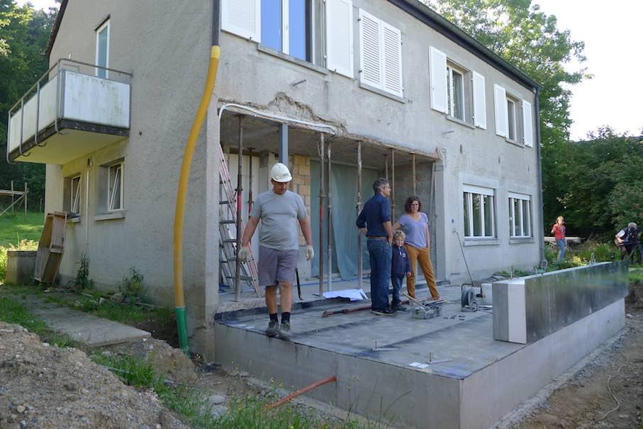 Mit Dem Anbau Sollte Das Haus Im Erdgeschoss Ein Zustzliches Wohnzimmer Grossem Fenster Bekommen Dessen Aussenwnde Bestehen Aus Vorgefertigten
