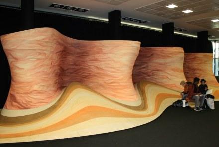 Die spanische Firma Alcantara Stone hatte den Designer Ross Lovegrove gewonnen, ihr Material künstlerisch zu präsentieren.
