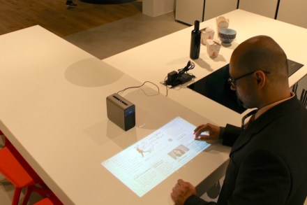 Am Stand der Küchenfirma Nolte zeigte Sony eine Neuheit: mit seinem innovativen Projektor namens Xperia lassen sich Computerbilder etwa auf die Küchenarbeitsplatte projizieren.