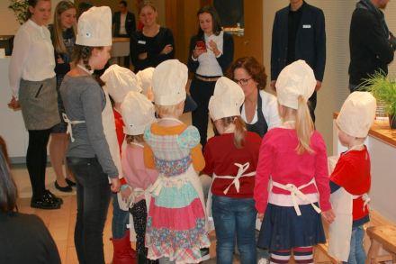 Der Armaturenhersteller hansgrohe hatte Kindergruppen an seinen Stand geladen. Fernsehköchin Sybille Schönberger führte sie ins Kochen ein.