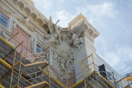 Einer der Höhepunkte an der Fassade ist die Eckkartusche an der Seite des Doms. Foto: SHF / Marco Urban