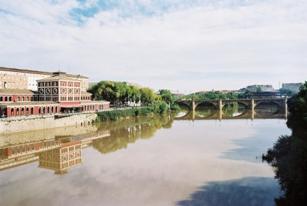 Logroño with rio Ebro, the Science Museum (left) and the Ponte Piedra (straight ahead). Source: Luis Javier Modino Martinez / Wikimedia Commons