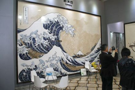 "Inlay work with Sodalite, Azul Bahia, Crema Marfil and Blue Sky, among other: ""The Great Wave of Kanagawa"" (Katsushika Hokusai, 1832). <a href="" http://www.topmaxstone.com/""target=""_blank""> Quanzhou Topmax Stone Development</a>."