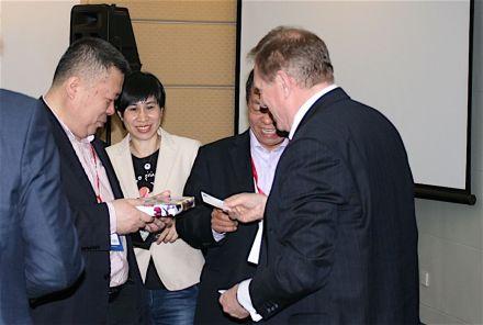 Presentation of gifts (l.to.r) CSMIA-Secrectay General Qi Zigang, CSMIA-Press Attaché Tina-Tian Ling, Chairman of Shandong Stone Association, Zhou Keji, Euroroc-Secretay General Prof. Dr. Gerd Merke.