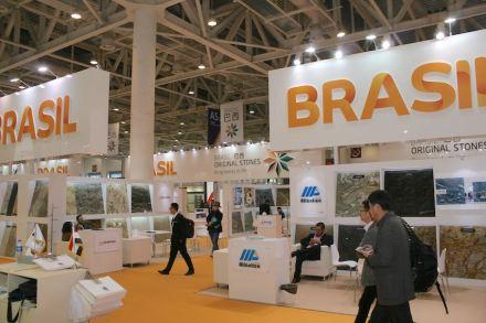 Auf der Messe in Xiamen 2017 präsentierte sich Brasilien mit einem sehr offenen Stand. Der Wirkung kam entgegen, dass der Teppich auf dem Messeboden beinahe denselben Gelbton hatte wie der Landesname.