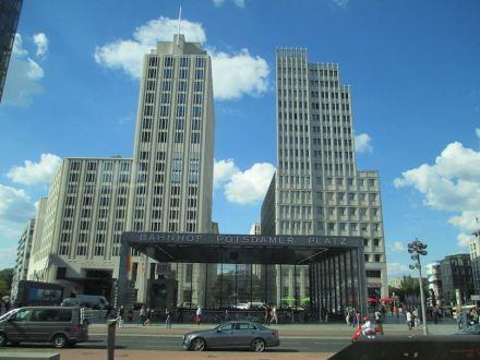Das Beisheim Center, ein Ensemble von mehreren Gebäuden am Potsdamer Platz in Berlin. Die Natursteinfassaden hat der Architekt Christoph Sattler gestaltet, der hier seine Idee von Reliefs und Ornamenten umsetzte. Foto: dr. avishai teicher / Wikimedia Commons