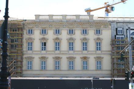 An der Nordseite mit Dom und Lustgarten ist die historische Farbgebung der Fassade wiederhergestellt.