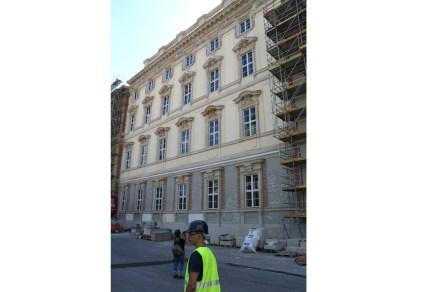 Auf der Nordseite ist oberhalb des Erdgeschosses die künftige Farbgebung zu sehen: Ockergelb ist der Grundton, von den Gewänden der Fenster in Sandstein ausgehend werden in den Zwischenräumen die Farbtöne heller.