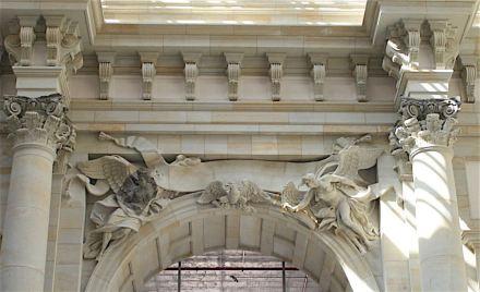 Links die historische Fama, stark beschädigt, rechts die wieder hergestellte (noch ohne Posaune).