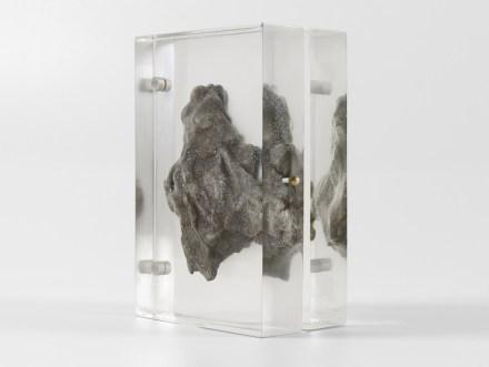"""Ein reines Dekorationsstück ist """"Sideroid Azimuth"""": es handelt sich um den 3D-Nachdruck eines echten Meteoriten. Die innen hohle Kopie ist in Harz eingegossen und kann, als wäre sie eine Schmuckschachtel, geöffnet werden."""