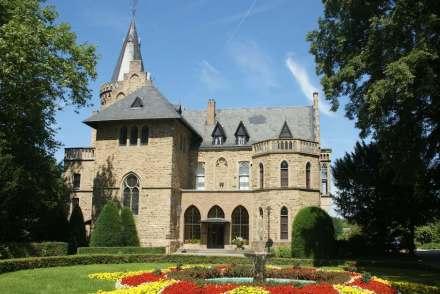 Das Sinziger Schloss, Fassade unter anderem mit Rheinischer Basaltlava, Rheinischer Grauwacke und Udelfanger Sandstein sowie Moselschiefer auf dem Dach. Foto: Thoma (talk), Doris Anthony / Wikimedia Commons