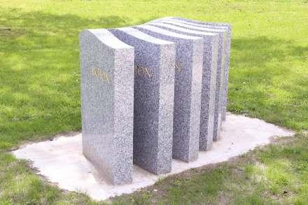 """Ortrun Skala, """"Masse ist klasse"""": seit den 1960ern sind Grabsteine zu Massenprodukten geworden, die aus Asien geliefert werden. Im Friedhofsbereich sind seitdem die Steinmetze immer mehr zu bloßen Händlern geworden, statt dass sie als kreative Handwerker agieren."""