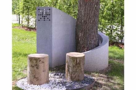 """Bernhard Baumgartner, """"Neue Alternative: Stein"""": der Friedhof der Zukunft wird als Ort gesehen, wo sich Menschen treffen, teils um sich an die Verstorbenen zu erinnern, teils auch nur, um Zeit miteinander zu verbringen. Am höchsten Punkt des Grabsteins auf dem Foto gibt es ein Mühle-Spiel. Eine Idee ist, dass die Friedhofsbesucher Spielsteine kaufen, damit spielen und die Spielsteine mit nach Hause nehmen."""