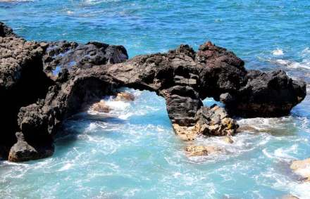 A natural bridge at the coastline of Hawaii. Photo: Aaron Zhu / Wikimedia Commons