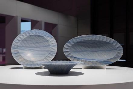 """Plate und centrepiece """"Volant"""". Design: Raffaello Galiotto; Company: Gmm; Software: Licom Systems - Alphacam; Tools: Tyrolit Vincent; Partner: Atipio; Material: Azul Macaubas."""
