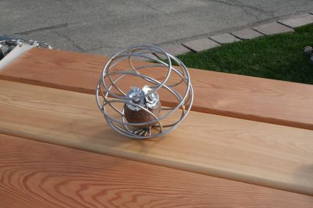 Eine putzige Idee war die Eule aus einem Kieselstein im Stahlgeflecht.