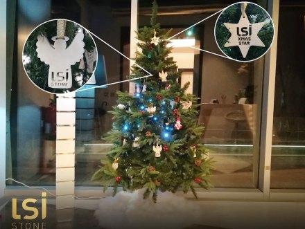 """<a href=""""http://www.lsi-stone.com/""""target=""""_blank"""">LSI Stone</a> aus Portugal hat den Weihnachtsbaum in seinem Showroom mit Engeln aus weißem Marmor und Sternen aus Kalkstein dekoriert."""