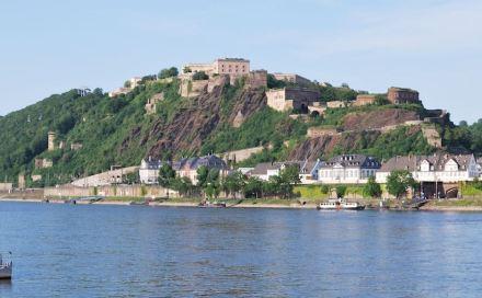 """Ehrenbreitstein mit der preußischen Festung. Foto: Harke / Wikimedia Commons."""""""