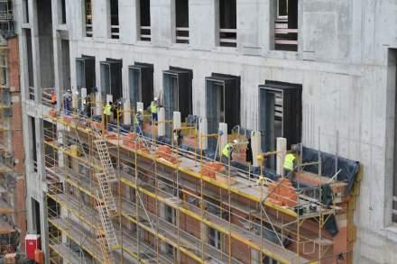Eine der Besonderheiten am neuen Berliner Stadtschloss ist, dass die Naturstein-Fassade nicht vorgehängt ausgefertigt wurde. Vielmehr gibt es vor der Betonwand eine Klinkerwand, in die die teils tonnenschweren historischen Elemente aus Sandstein eingemauert sind. Foto vom Oktober 2015.