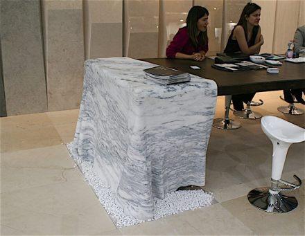 """Der Tisch inklusive Marmor-Tischtuch auf dem Foto ist nicht das, was in unserem Beitrag mit """"Gesteinstisch"""" gemeint ist, wir geben es zu. Gezeigt wurde er auf der Marmomac 2017 am Stand der portugiesischen Firma Airemármores."""