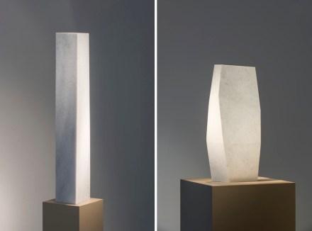 Links: Jens Trimpin, Ohne Titel, 2012/13, Marmor; Rechts: Jens Trimpin, Ohne Titel, 1991, Koelgar Marmor.