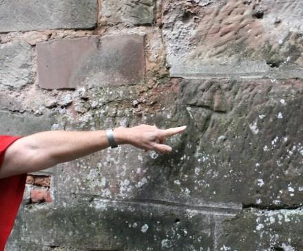 Wie war es früher um die Altersversorgung der Handwerker bestellt? Steinmetzzeichen an einer Ufermauer in Saarlouis aus der Zeit Ludwigs XIV.
