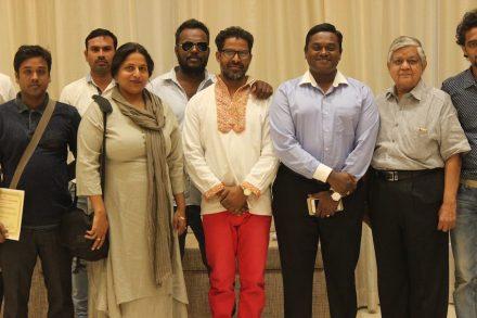 K. Vikram Rastogi (1. von rechts) und B. Pani IAS, Municipal Commissioner in Rajkot (2. von rechts) sowie einige der Künstler.