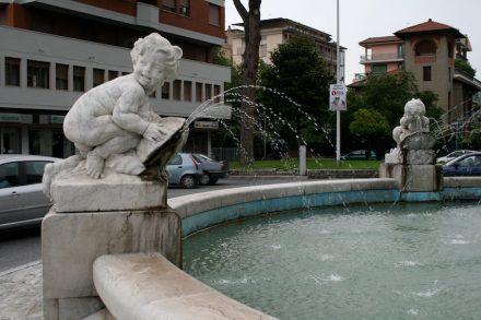 Brunnen sind ebenfalls ein ewiges Thema: ein Beispiel aus Massa-Carrara...