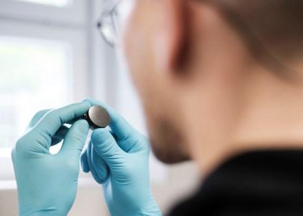 Körnerpräparate, wie hier im Bild, werden für Rohstoffanalysen mittels Rasterelektronenmikroskopie gebraucht. Foto: HZDR/ Frank Schinski.