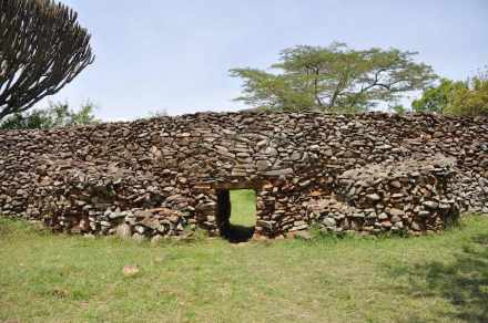 Entrance at Kochieng enclosure and buttresses at either side for stability. Photo: Ephraim Mwangi / National Museums of Kenya