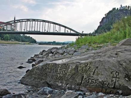 "Hungerstein in der Elbe bei Děčín. Foto: Norbert Kaiser / <a href=""https://commons.wikimedia.org/""target=""_blank"">Wikimedia Commons</a>"