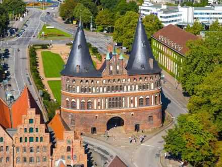 """Nicht nur Backstein: Schiefer schmückt die Dächer des Holstentores in Lübeck. Hier ein Blick von der Petrikirche. Quelle: Wikimedia Commons / <a href="""" http://www.c-w-design.de""""target=""""_blank"""">Christian Wolf</a>"""