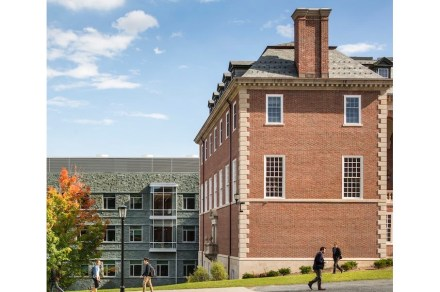 An example of a building with plinth and cornerstones is Stetson Hall at the Williams College Campus, Massachusetts. Photo: Peter Aaron/OTTO