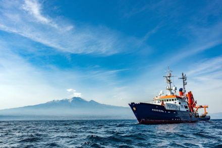 The research vessel Poseidon off Mount Etna. It is the most active volcano in Europe. Photo: Felix Gross (CC BY 4.0)