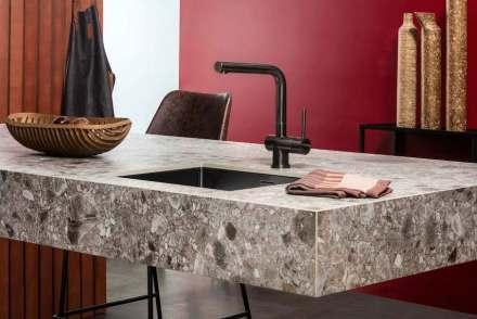 """AMK: """"Ein wichtiger und beliebter Werkstoff in Lifestyle-Küchen sind keramische Arbeitsplatten. Ihre schönen und vielfältigen Oberflächen sind pflegeleicht, schmutzabweisend, hitze- und kratzfest."""""""