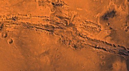 """Der Canyon Valles Marineris, der entlang des Äquators auf dem Mars verläuft. Er ist 4500 km lang, 200 km breit und 11 km tief und damit 10mal länger, 7mal breiter und 7mal tiefer als der Grand Canyon in Arizona. Quelle: NASA / JPL-Caltech / USGS / <a href=""""https://commons.wikimedia.org/""""target=""""_blank"""">Wikimedia Commons</a>"""