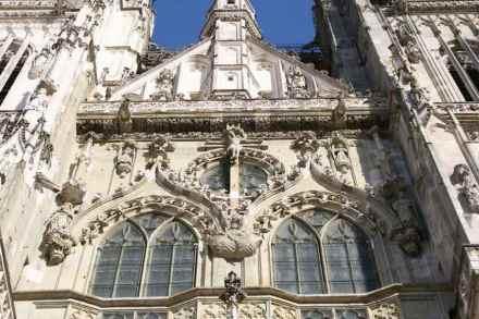 Der Naturstein an den alten Kirchen braucht Schutz gegen moderne Umwelteinflüsse und gegen den Lauf der Zeit. Hier das Hauptportal des Doms in Regensburg im September 2015.