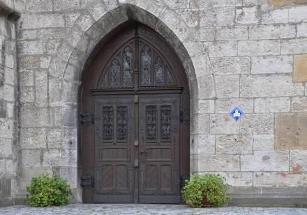 Bad Urach, Stiftskirche St. Amandus, Außenansicht, ein Seitenportal.