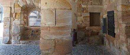 An altem Natursteinmauerwerk kann es Schäden mit vielfältigen Ursachen geben.