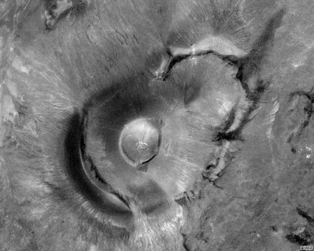 """Satellite view of Roden Crater. Photo: USGS / <a href=""""https://commons.wikimedia.org/""""target=""""_blank"""">Wikimedia Commons</a>"""