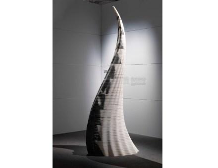 """""""Litocorno"""" von Raffaello Galiotto: 3 m hoch, geschnitten aus einem Block von nur 30 cm Höhe, zusammengesetzt aus 100 Einzelteilen aus diesem Block. Gezeigt im """"Italian Stone Theatre"""" auf der Marmomacc 2015. Foto: Luca Morandini / Marmomacc"""