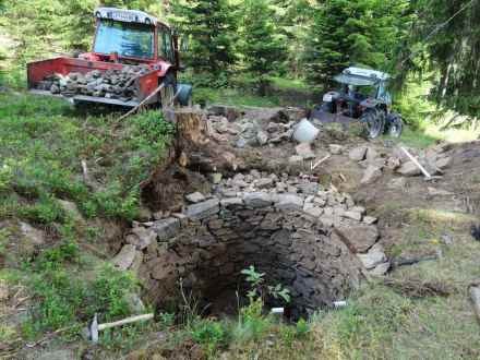 Knochenarbeit war erst das Ausräumen und dann das Sichern der Wolfsgrube im Bergwald bei Gaimberg.